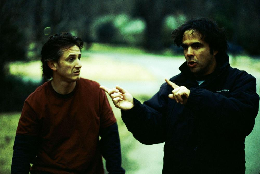 still-of-sean-penn-and-alejandro-gonzález-iñárritu-in-21-de-grame-(2003)-large-picture