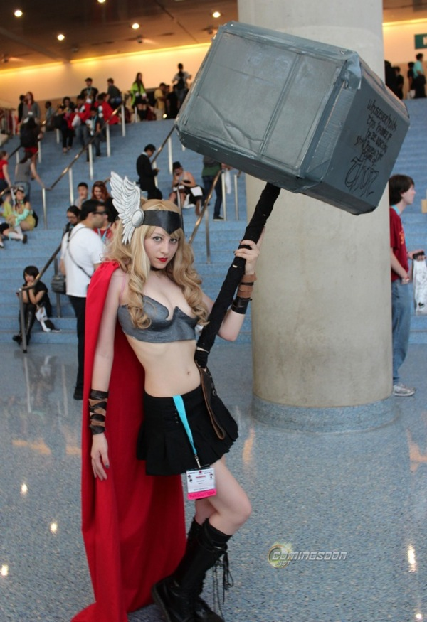 Lady-Thor-Cosplay-with-a-Huge-Hammer